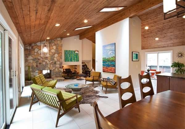 деревянный потолок в интерьере гостиной в стиле модерн
