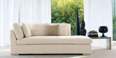 светлый диван в интерьере гостиной в светлых тонах