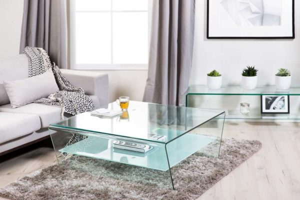 светлый журнальный столик из закалённого стекла