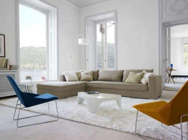 минималистический интерьер светлой гостиной