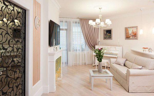 в интерьере светлой гостиной персиковый цвет
