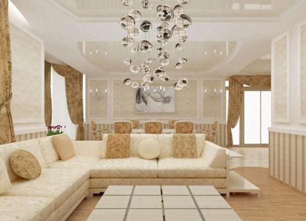 роскошный светильник в интерьере светлой гостиной