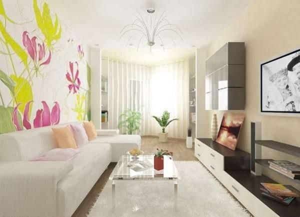 яркий рисунок на стене светлой гостиной