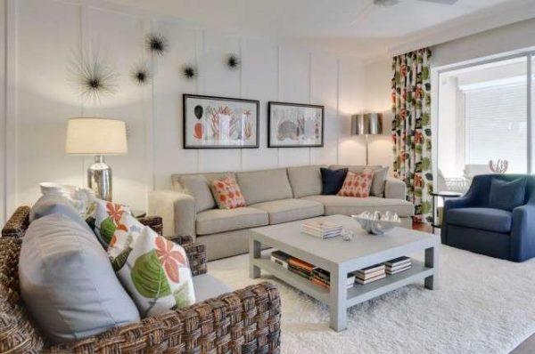 диванные подушки в тон шторам в интерьере светлой гостиной