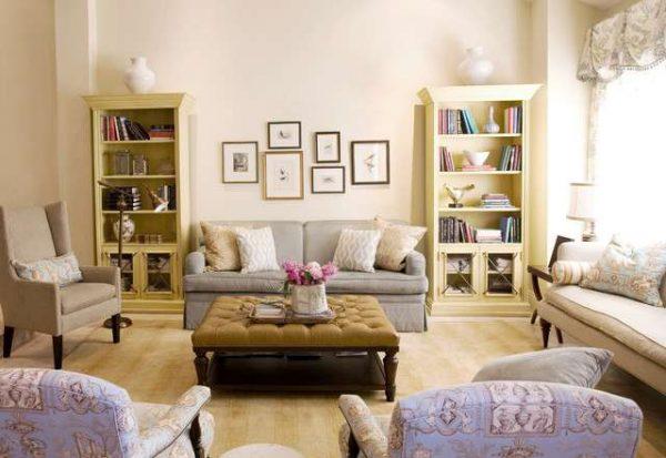 мягкая мебель в интерьере светлой гостиной