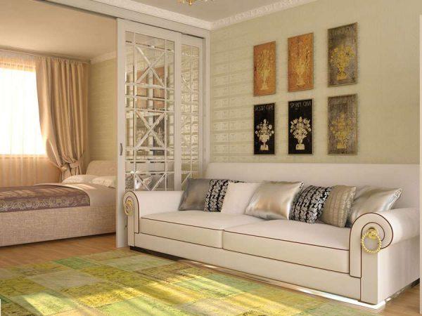 стильный диван в интерьере светлой гостиной