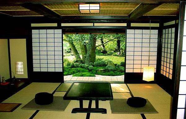 стол в доме в интерьере гостиной в японском стиле