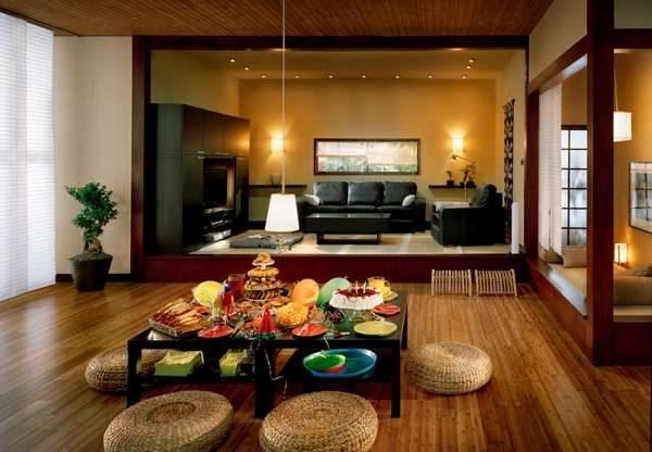 столик с едой в интерьере гостиной в японском стиле