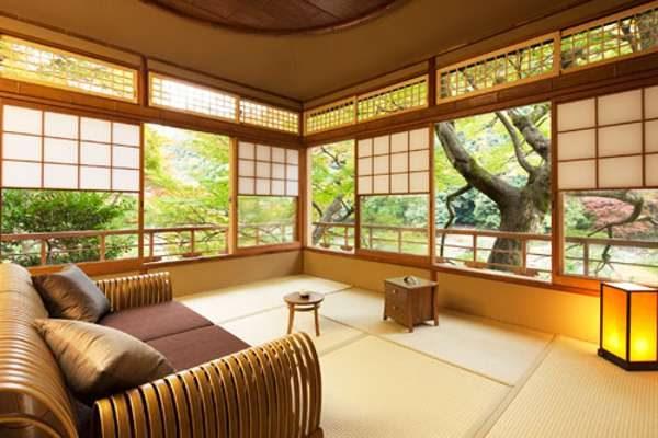 просторный интерьер гостиной в японском стиле