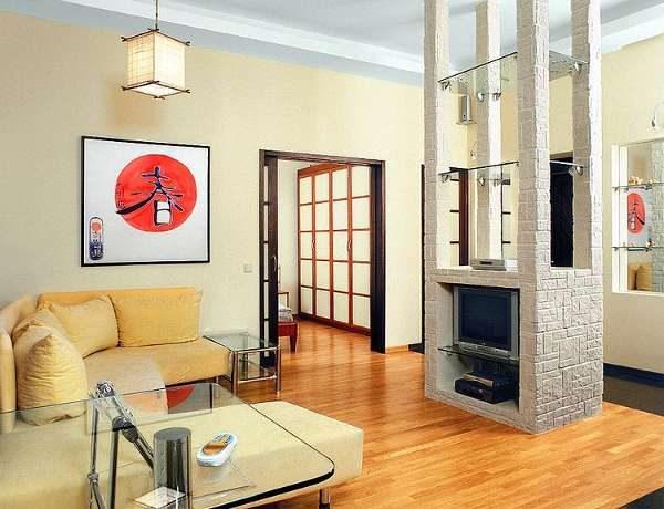 картина в интерьере гостиной в японском стиле
