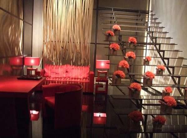красный в интерьере гостиной в японском стиле