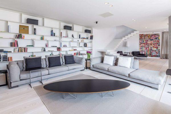 в интерьере гостиной частного дома стиль минимализм