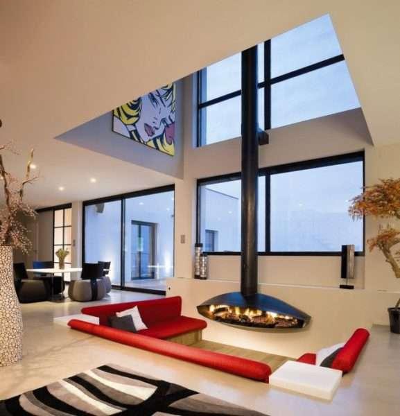 стильный камин в гостиной частного дома