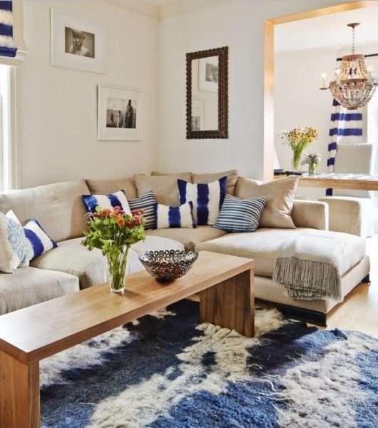яркий декор в интерьере гостиной частного дома