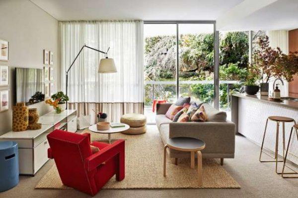 красное кресло в интерьере гостиной частного дома