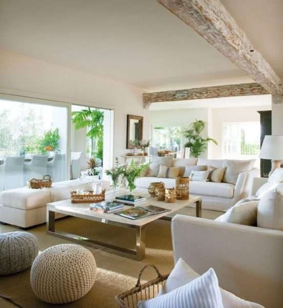 светлый дизайн гостиной в частном доме
