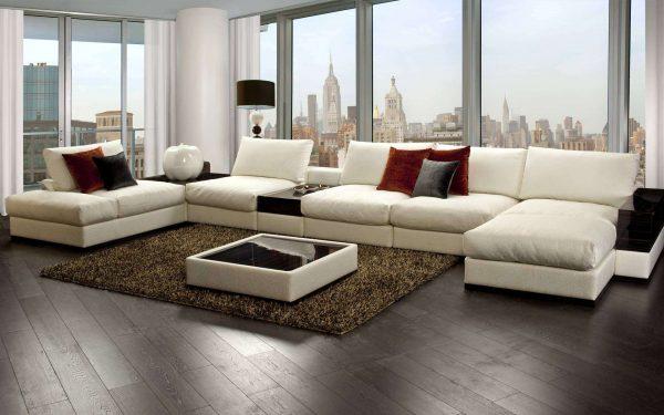 интерьер гостиной в современном стиле с белым угловым диваном