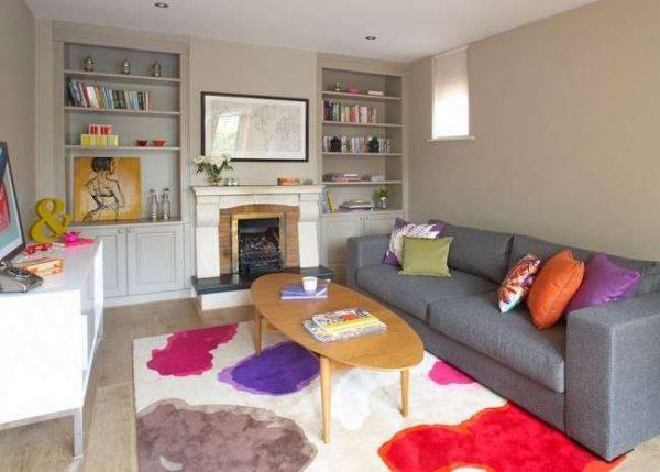 светлый интерьер гостиной с ярким ковром
