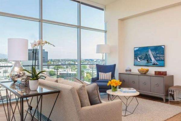 интерьер гостиной в современном стиле с панорамными окнами