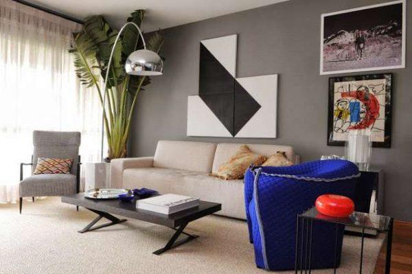 интерьер гостиной в современном стиле со стильным настенным декором