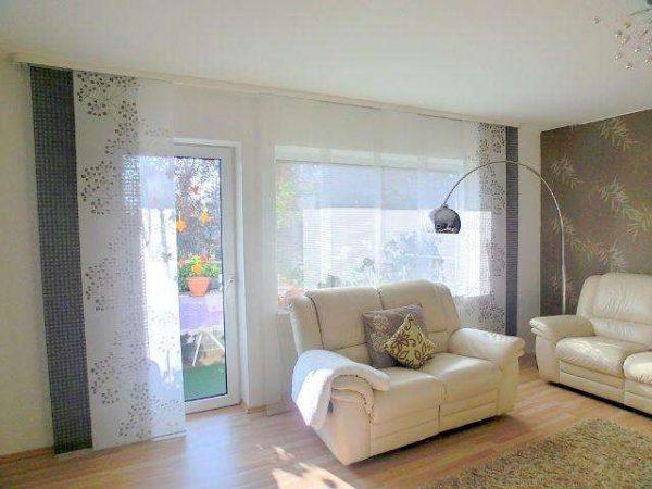 интерьер гостиной в современном стиле с японскими шторами