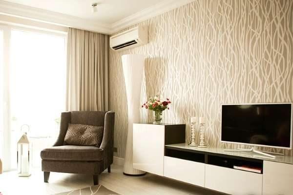 интерьер гостиной в современном стиле с фактурными обоями