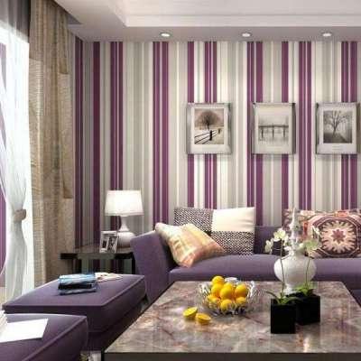 интерьер гостиной с вертикальными обоями в современном стиле