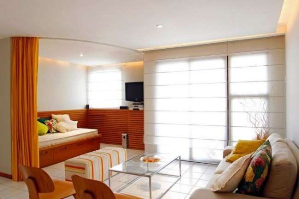 шторой отделяется зона спальни в интерьере гостиной 18 кв.м в хрущёвке