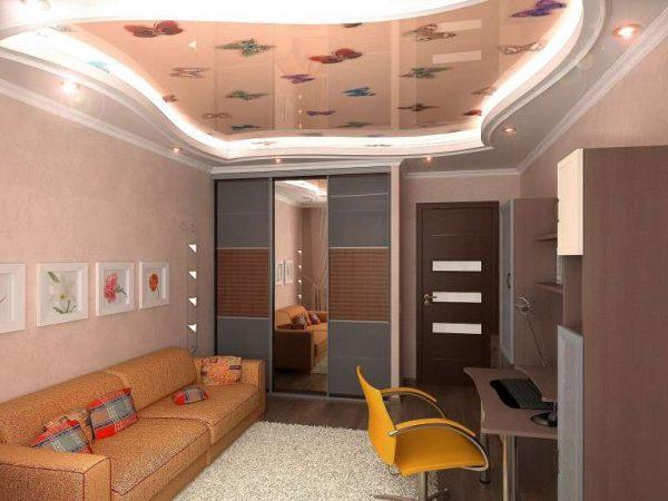 натяжной потолок с рисунком в интерьере гостиной 18 кв.м в хрущёвке