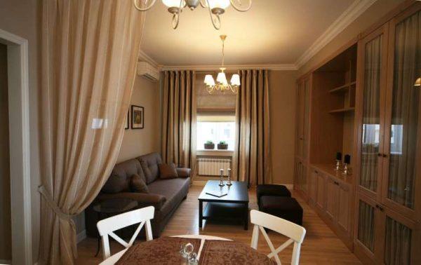 шторы служат разделителем между коридором и гостиной 18 кв.м в хрущёвке