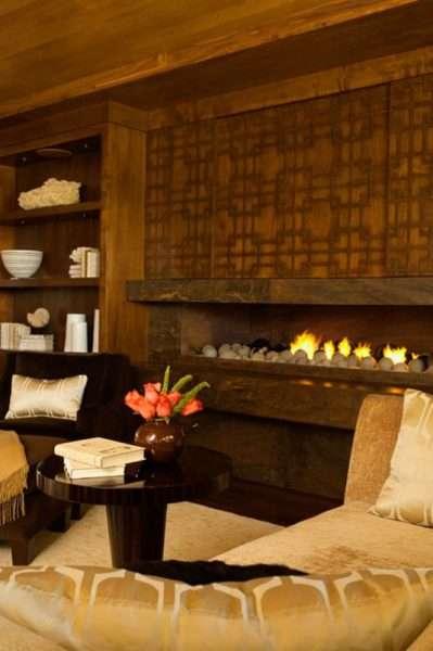 камин в интерьере гостиной в городской квартире в эко стиле