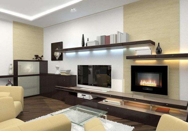камин и телевизор в интерьере гостиной в городской квартире