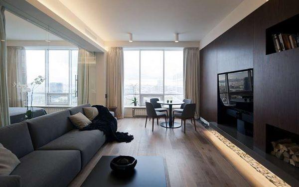 камин на дровах в интерьере гостиной в городской квартире