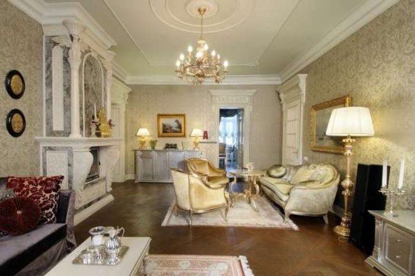 золотая парча в гостиной в классическом стиле
