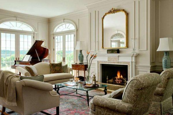 Гостиная в классическом стиле с пианино и камином