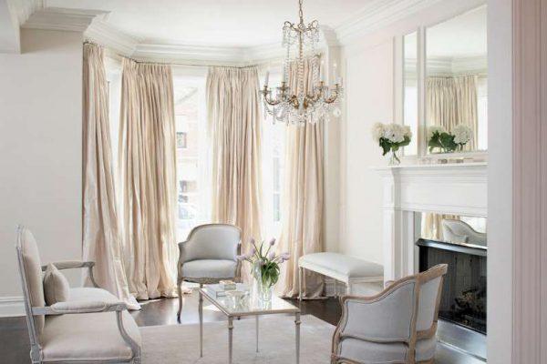 Гостиная в классическом стиле в светлых тонах