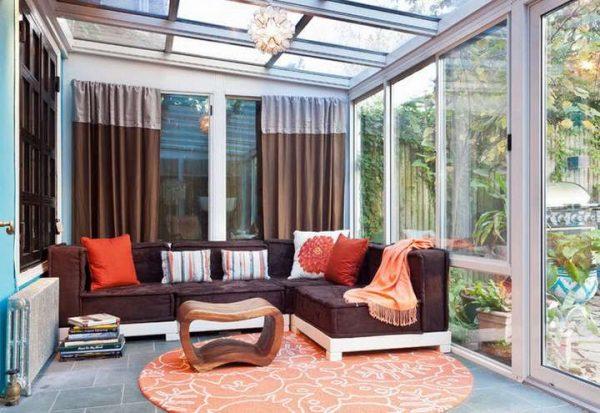 коричневые шторы отлично дополняет красный цвет