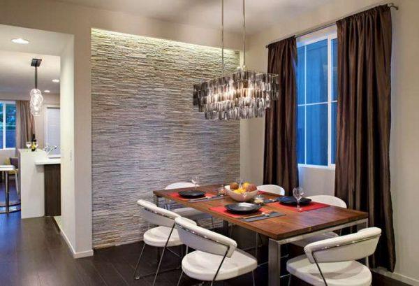коричневые шторы в интерьере белой кухни-гостиной