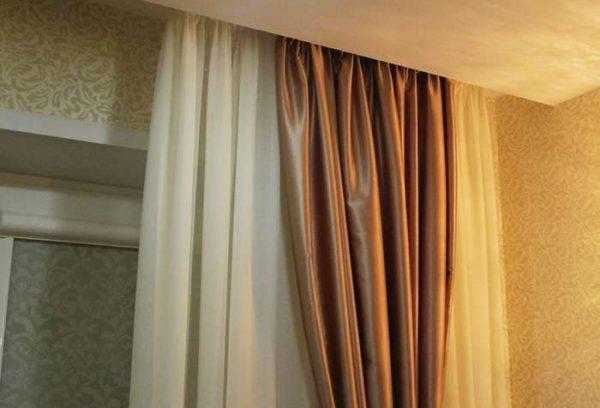 коричневые шторы с тюлью в интерьере гостиной