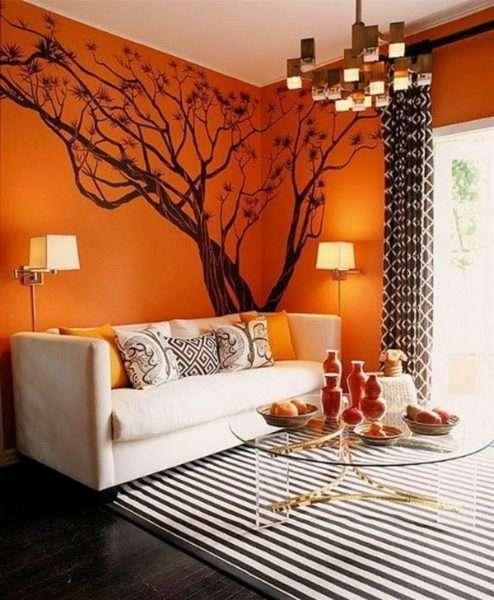 коричневые шторы в интерьере гостиной с оранжевыми стенами