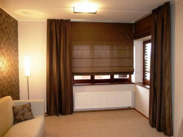 коричневые шторы классического типа с рулонными в интерьере гостиной