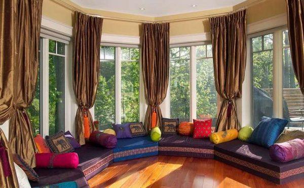 коричневые шторы в интерьере гостиной с эркером