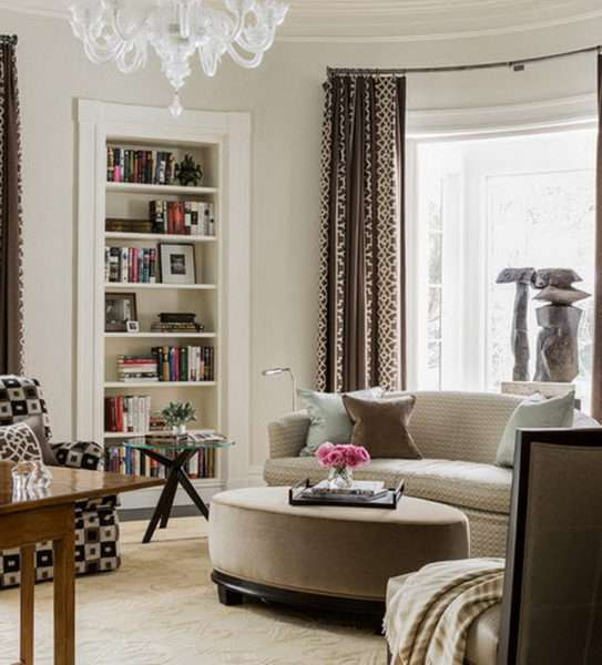 коричневые шторы в интерьере белой гостиной