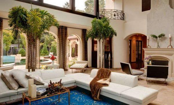 коричневые шторы в интерьере гостиной с белым угловым диваном