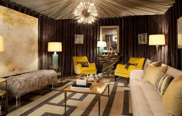 коричневые шторы в интерьере гостиной с бежевым диваном