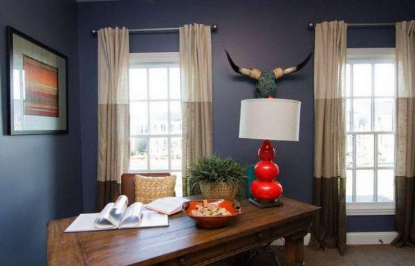 коричневые шторы в интерьере гостиной с синими стенами