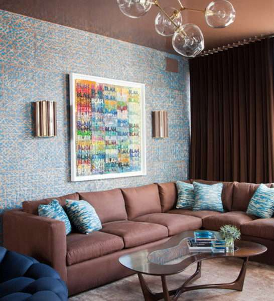 коричневые шторы в интерьере гостиной с голубыми стенами