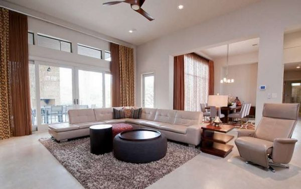 коричневые шторы в гостиной в бежевых тонах