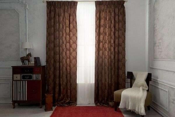 коричневые шторы с узором в интерьере гостиной
