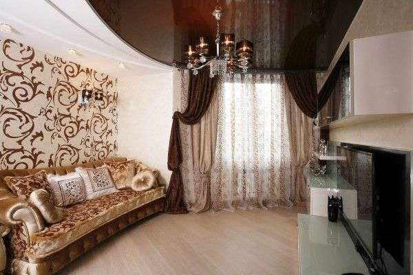 коричневые шторы с прозрачной шторой в интерьере гостиной
